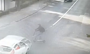 VIDEO. Tânără aflată pe o trotinetă electrică, spulberată de o mașină într-o intersecție din Cluj-Napoca. Accidentul a fost FILMAT