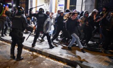 Barcelona, scena unor violenţe extreme. Imagini greu de privit din centrul turistic al metropolei catalane