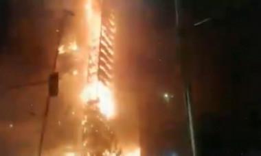 VIDEO Zgârie-nori incendiat în mijlocul nopţii de protestatari