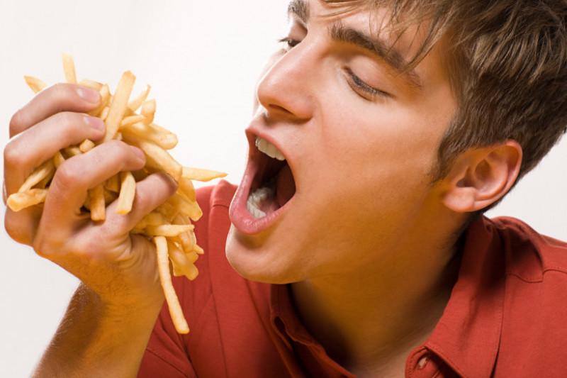 Om mănâncă cartofi pai
