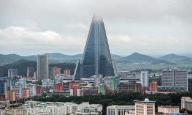 """""""Hotelul Pierzaniei"""". Construcţia faraonică neterminată din Phenian care a devenit maşinărie de propagandă pentru Kim Jong-un"""