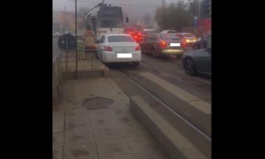 Tupeul unei șoferițe din București, când se întâlnește cu tramvaiul pe contrasens. Clipul a fost văzut de 1 milion de ori