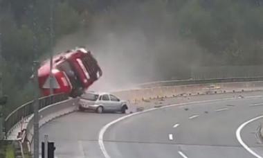 VIDEO Momentul în care șoferul unui TIR moare salvând viața altui bărbat. S-a prăbușit de la 25 m înălțime