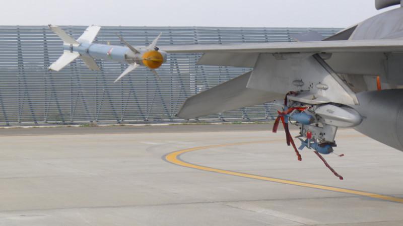 detaliu aripă avion F 16