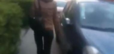 O femeie din Cluj Napoca a vandalizat mașinile vecinilor, pentru că erau parcate pe trotuar. Pagubele sunt uriașe