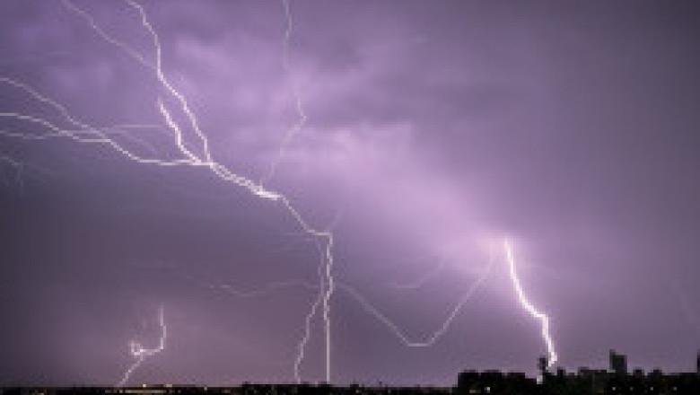 De la caniculă la vijelii în câteva minute. O furtună puternică a făcut ravagii în zeci de localități și în București