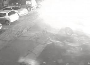 Maşina unui poliţist din Reşiţa, incendiată în parcare, din răzbunare. Imagini cu vehiculul în flăcări au fost făcute publice