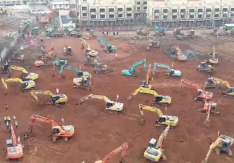 """Cum construiesc chinezii un spital într-o săptămână. Imagini cu """"pădurea"""" de excavatoare şi camioane mobilizate pe şantier"""