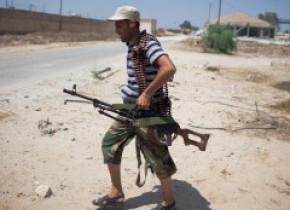 În timp ce ţara e sfâşiată de un nou război civil, mai multe state livrează ilegal armament în Libia