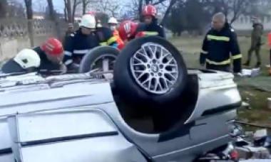 VIDEO. Doi tineri au murit pe loc după ce s-au izbit cu BMW-ul de gardul unei unități militare