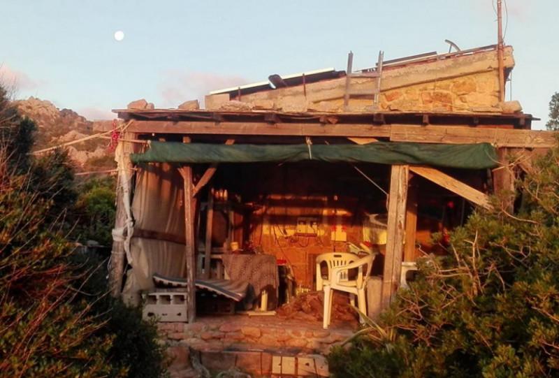 casa Mauro Morandi, singurul locuitor al insulei Budelli, in largul Sardiniei, marea Mediterana