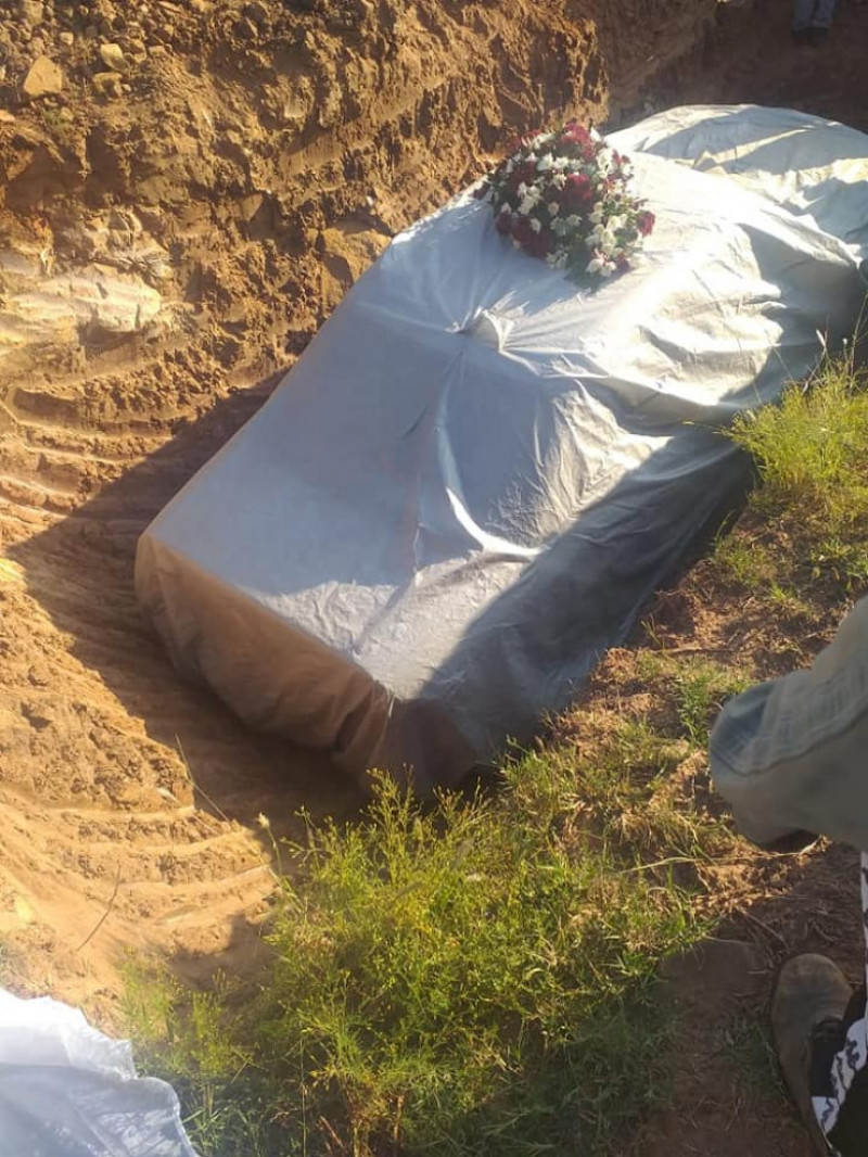 Man-buried-in-his-Mercedes
