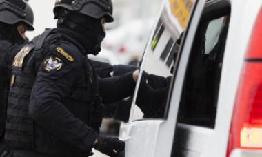 """Răsturnare de situație: Polițiștii nu au greșit descinderea. Suspectul căutat avea buletin la adresa unde locuia un """"mascat"""""""