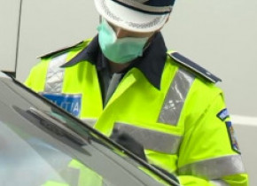 Un șofer nervos, prins fără centură și trusă de siguranță, a lovit un polițist care l-a tras pe dreapta
