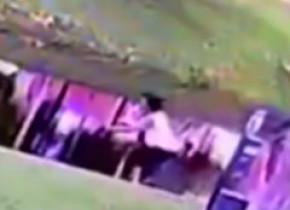O femeie a fost arestată pentru uciderea fiului ei, după ce a fost filmată încercând să-l înece cu o oră înainte să moară VIDEO
