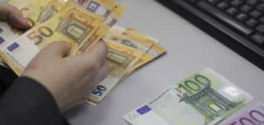 O femeie din Alba Iulia a pierdut 5.000 de euro într-o parcare. Un tânăr care trecea pe acolo a crezut că a dat norocul peste el
