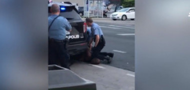 """Un bărbat a murit după ce un polițist a îngenunchiat pe gâtul lui. """"Nu pot să respir"""""""
