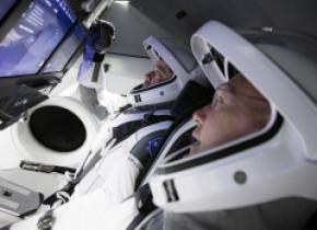Misiune spațială istorică. NASA trimite astăzi oameni în spațiu cu o navă SpaceX. Cum arată capsula și noile costume proiectate de Musk