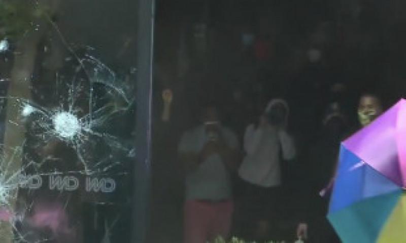 NEWS ALERT. Protestele din SUA se transformă în anarhie. Sediul CNN din Atlanta, atacat de manifestanți violenți