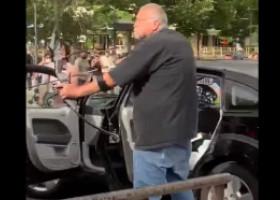 """VIDEO. Un american a scos din mașină un arc de vânătoare și l-a îndreptat spre protestatari: """"A tras în mulțime înainte de a fi atacat"""""""