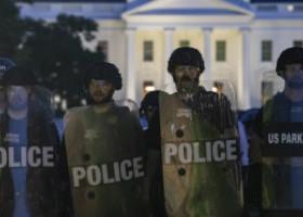 """Protestul """"Black Lives Matter"""" ia o întorsătură urâtă. Confruntări cu poliția în fața Casei Albe, jafuri la New York"""