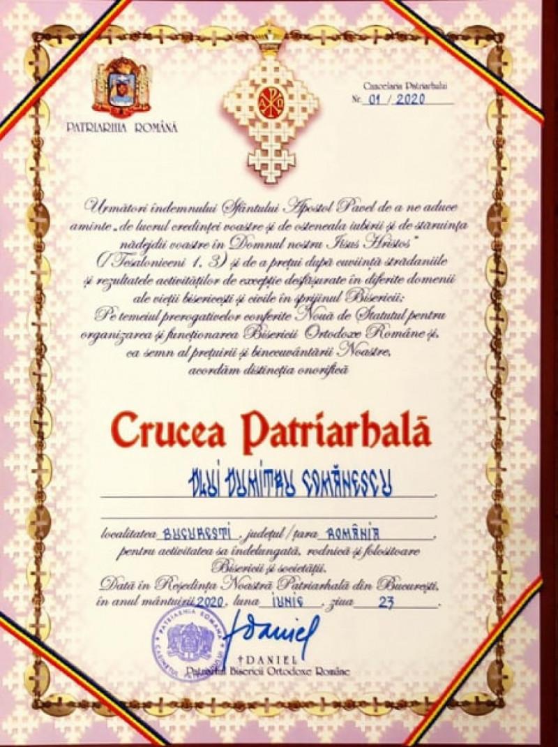 crucea patriarhala oferită lui Dumitru Comănescu, cel mai bătrân bărbat din lume