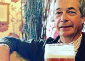 Nigel Farage s-a fotografiat cu halba de bere în mână într-un pub și a fost reclamat la poliție