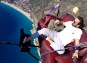 Și-a legat canapeaua de parapantă și a zburat deasupra Mediteranei. Imagini spectaculoase
