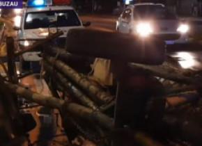 VIDEO. Căruță cu lemne răsturnată în plină stradă, în timp ce căruțașul bea la o terasă