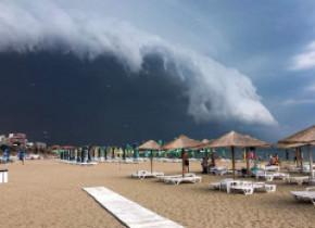 Imagini spectaculoase. Norul Shelf a acoperit cerul în staţiunea Mamaia, lăsându-i pe vânătorii de furtuni fără cuvinte