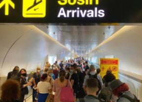 """Sute de pasageri, îngesuiți pe Aeroportul Henri Coandă, la sosiri, din cauza controalelor anti-Covid. """"Situația va deveni critică"""""""