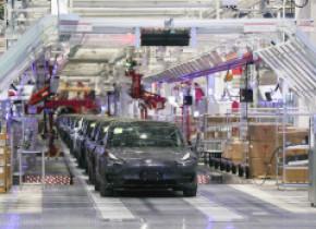 """Tesla renunță la un model mai ieftin pentru că Elon Musk spune că o autonomie sub 400 de kilometri este """"inacceptabilă"""""""
