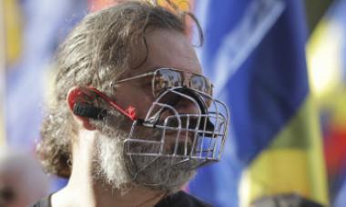VIDEO&FOTO. Protest anti-măști în București. Printre participanți, regizorul Cristi Puiu, actrița Carmen Tănase, clerici