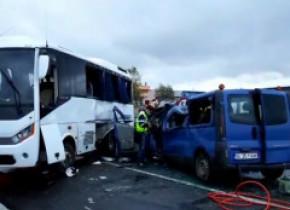 VIDEO. Un mort și șase răniți după un accident grav în județul Iași, între un TIR, un autobuz de persoane și o dubă