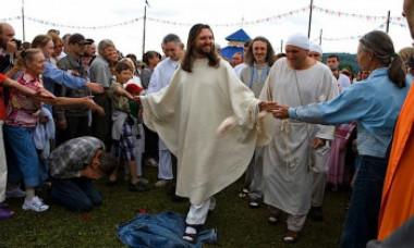 Fascinanta poveste a bărbatului care pretinde că este Iisus reîncarnat. Astăzi a fost ridicat de serviciile secrete
