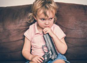 Un copil de 3 ani a murit la petrecerea de ziua lui jucându-se cu o armă