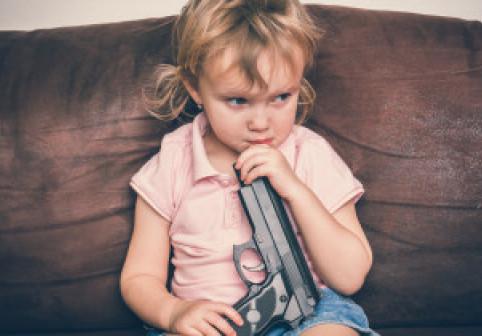 Un copil de 3 ani a murit la petrecerea de ziua lui jucându-se cu o armă. Adulții jucau cărți