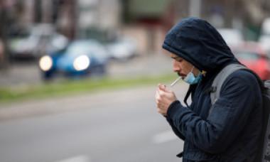 Ce se întâmplă de azi cu fumătorii care își dau masca jos și își aprind țigara pe stradă