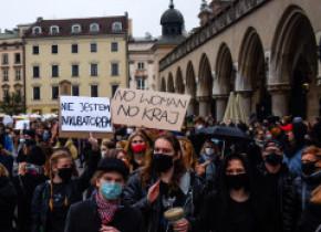 Noi proteste față de interzicerea avortului în Polonia: Manifestanţii blochează mai multe oraşe din ţară