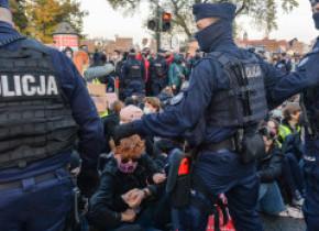 """Polonia, zguduită de protestele împotriva interzicerii avorturilor. Vicepremierul Kaczynski face apel pentru """"apărarea bisericilor"""""""