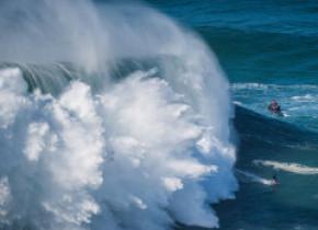 Imagini spectaculoase din Nazare, locul unde se formează valuri uriașe
