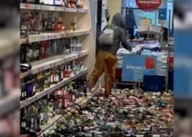 VIDEO. Acces de furie în magazin: O femeie a spart peste 500 de sticle de alcool