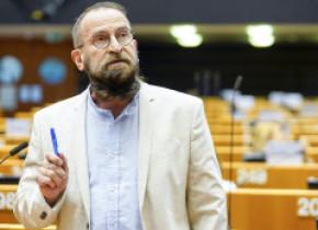 Eurodeputatul ungar care a participat la orgia sexuală din Bruxelles și-a dat demisia și din FIDESZ. Presa descrie petrecerea ilegală