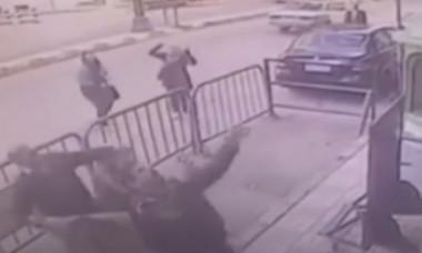 Video. Noroc incredibil pentru un copil. A căzut de la etajul 3, dar a fost prins în brațe de un bărbat
