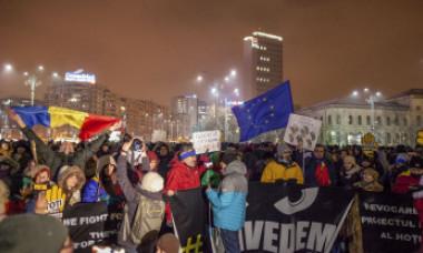 Manifestații pentru suținerea șefei DNA. Mii de oameni s-au strâns la Guvern