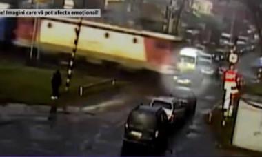 VIDEO. Maşină spulberată de tren. Gestul inexplicabil al şoferului care a vrut să moară
