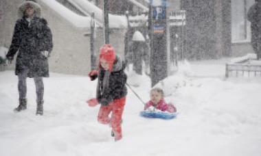 Școlile din București se închid vineri din cauza ninsorii. Prognoza ANM