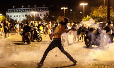 VIDEO. Au izbucnit incidente violente la Paris, după meci. Poliția a folosit gaze lacrimogene