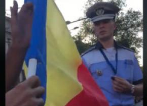 VIDEO | Șofer obligat de un polițist să dea jos tricolorul de pe mașină. Reacția Poliției Capitalei