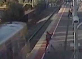 Imagini șocante. Tânăr acuzat că a vrut să-și împingă prietena în fața unui tren din Australia